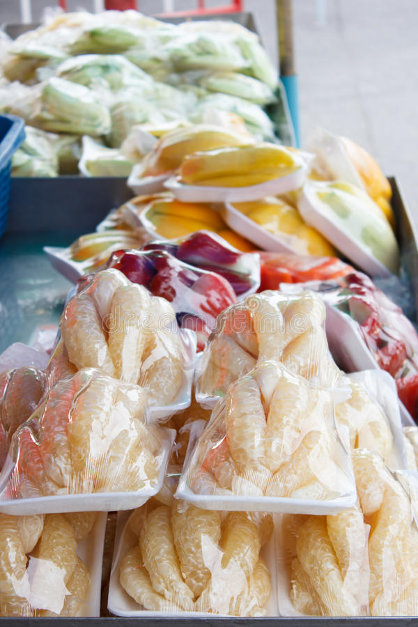 Pompelmoesstukken in plastic omslag (Thais straatvoedsel) royalty-vrije stock afbeelding