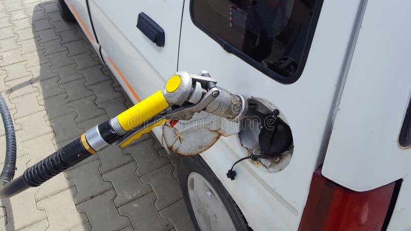 Pompend gas in auto royalty-vrije stock afbeeldingen