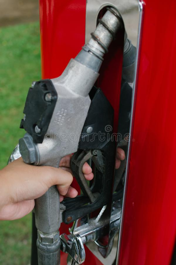 Pompend gas bij benzinepomp stock foto