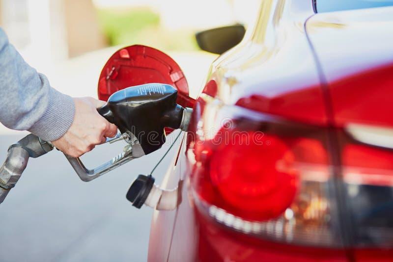 Pompend gas bij benzinepomp royalty-vrije stock afbeelding