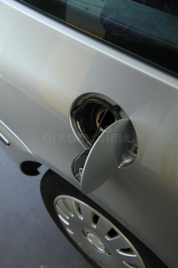 Pompend gas bij een benzinestation stock afbeeldingen