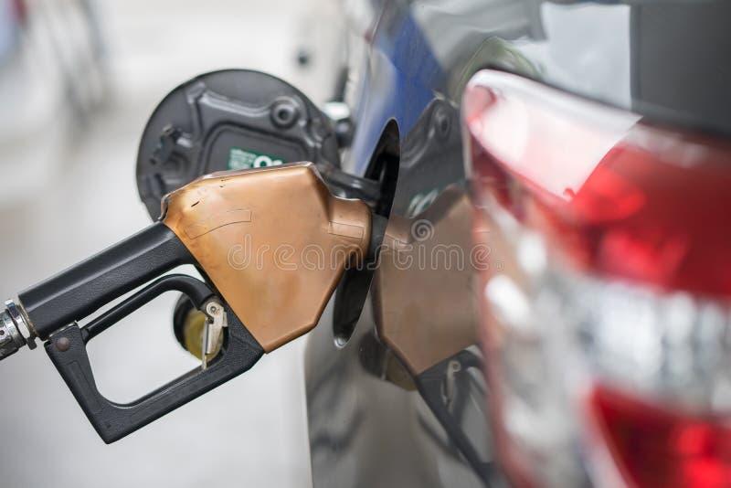 Pompende benzinebrandstof in auto bij benzinestationpomp, het bijtanken Foss royalty-vrije stock foto's