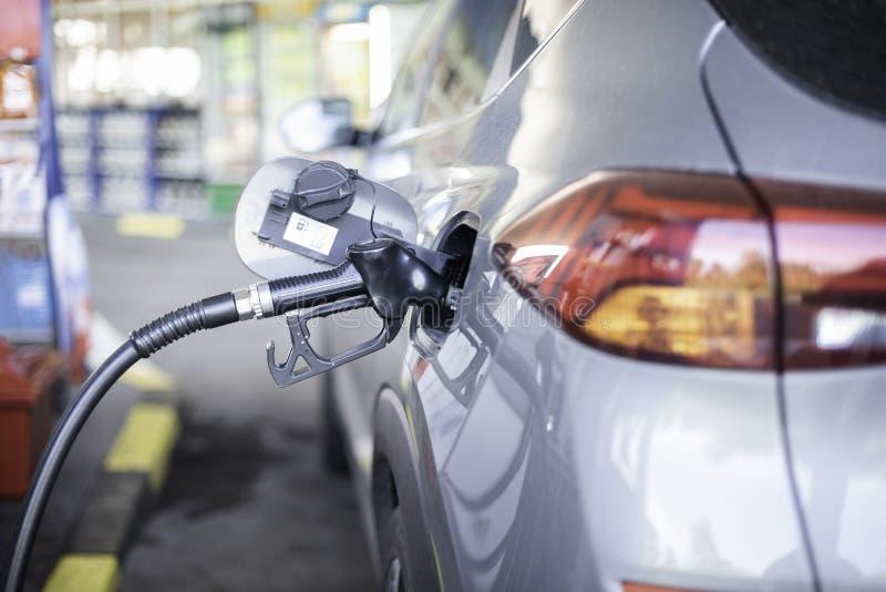 Pompende benzinediesel in auto bij benzinestation royalty-vrije stock foto's
