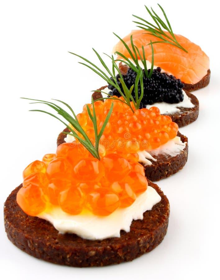 Pompernikkelbrood met zalm, forel en steurkaviaar stock foto's