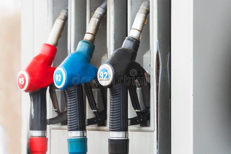 Pompes à essence à la station-service images libres de droits