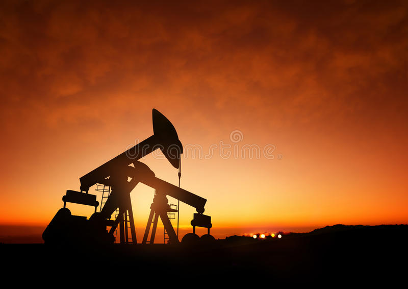 Pompes à huile au crépuscule images libres de droits