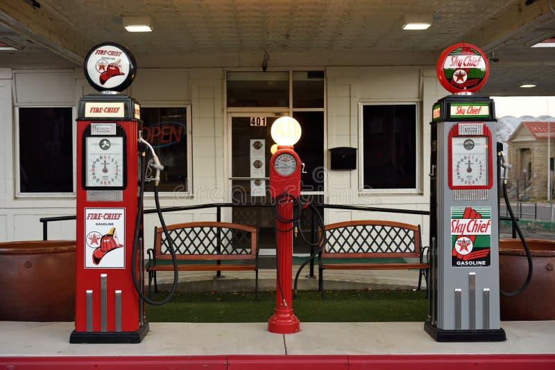 Pompes antiques de poste d'essence d'essence de cru d'art déco photos stock