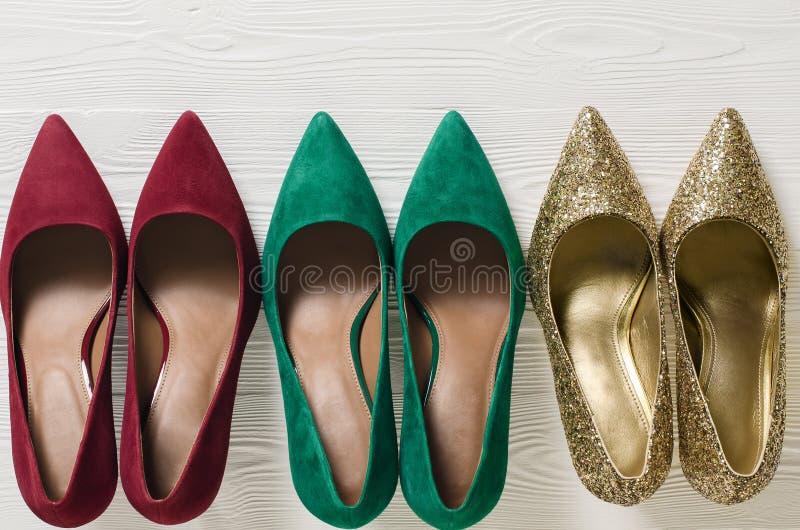 Pompes des chaussures des femmes de mode Noël classique colore le rouge, gre photographie stock libre de droits
