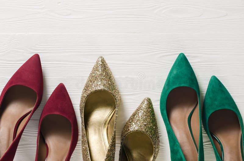 Pompes des chaussures des femmes de mode Noël classique colore le rouge, gre image stock