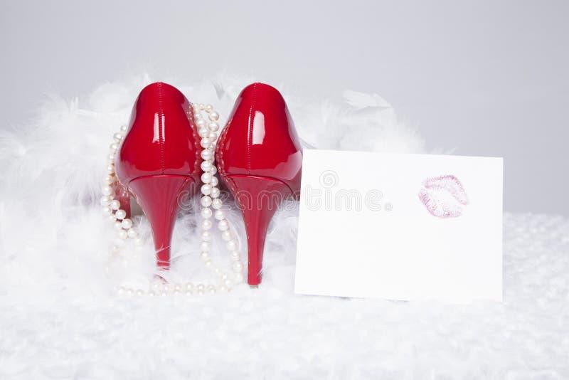 Pompes rouges sexy avec le baiser de rouge à lèvres images libres de droits