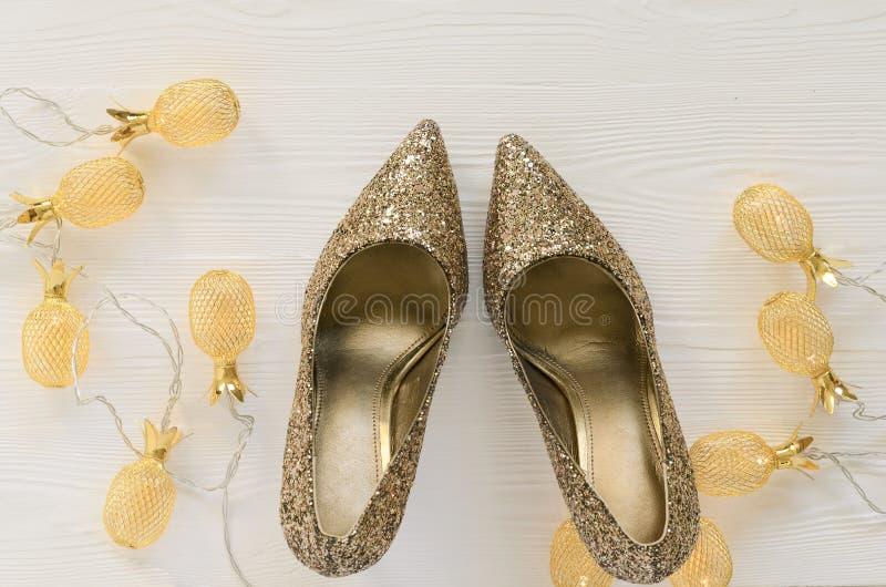 Pompes volumineuses de scintillement de l'or des femmes Chaussures pour épouser, Noël, images stock