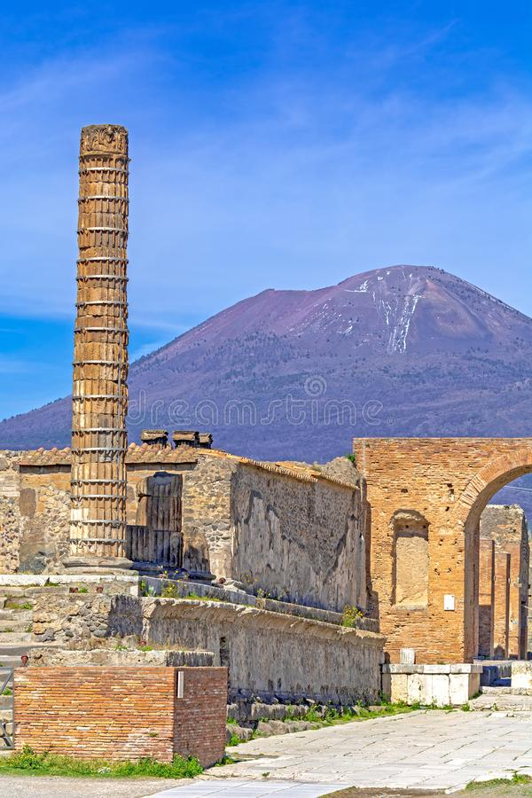 Pompeya, ciudad romana antigua en Italia, templo de la columna de Giove y Vesuvio en fondo imagen de archivo libre de regalías
