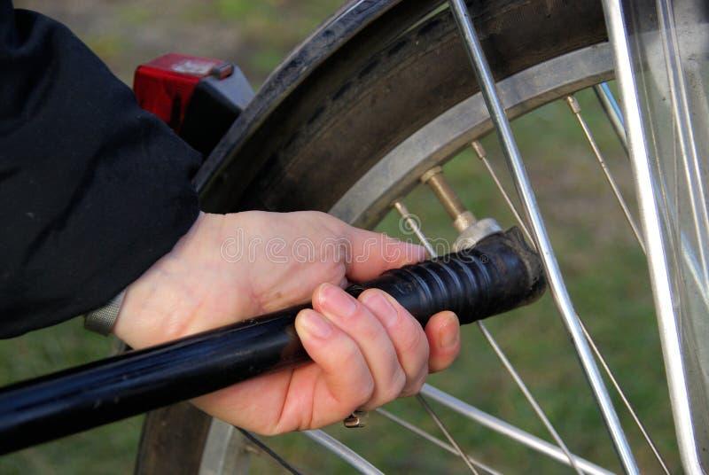 Pompez vers le haut un pneu images libres de droits