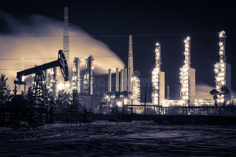 Pomphefboom en raffinaderij bij nacht royalty-vrije stock foto
