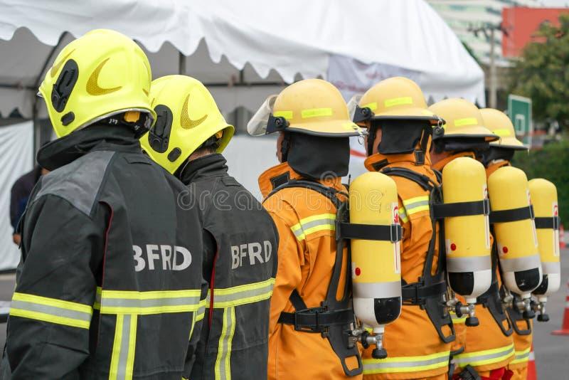Pompier en service avec leur uniforme jaune photo libre de droits