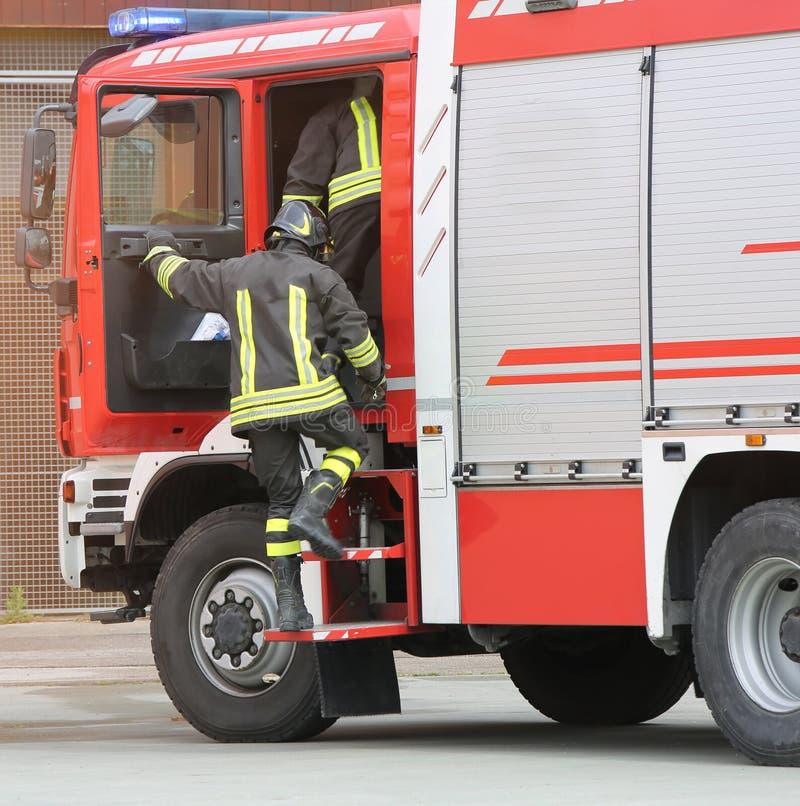 pompier et la pompe à incendie photos libres de droits