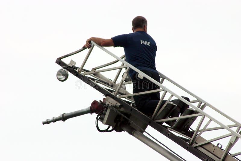 Pompier sur le camion d'échelle images libres de droits