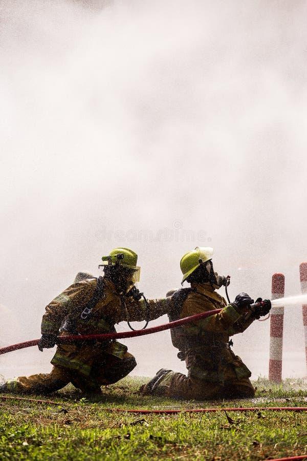 Pompier sur le feu image stock