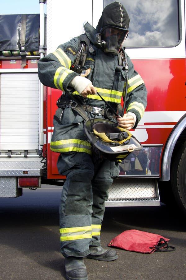 Pompiere americano che va indossare un casco fotografia stock