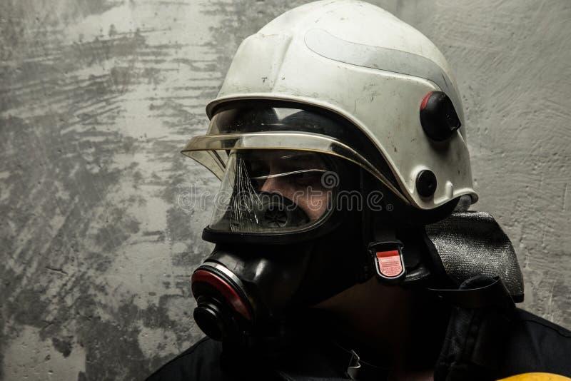 Pompiere in casco e nella maschera di ossigeno immagine stock