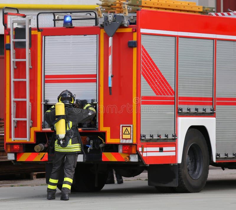 Pompiere durante l'esercizio di allenamento con il cilindro di ossigeno fotografie stock libere da diritti