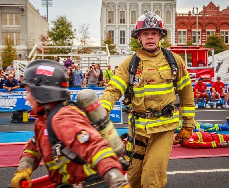 Pompiere esaurito alla sfida XXIV di combattimento del mondo fotografie stock libere da diritti