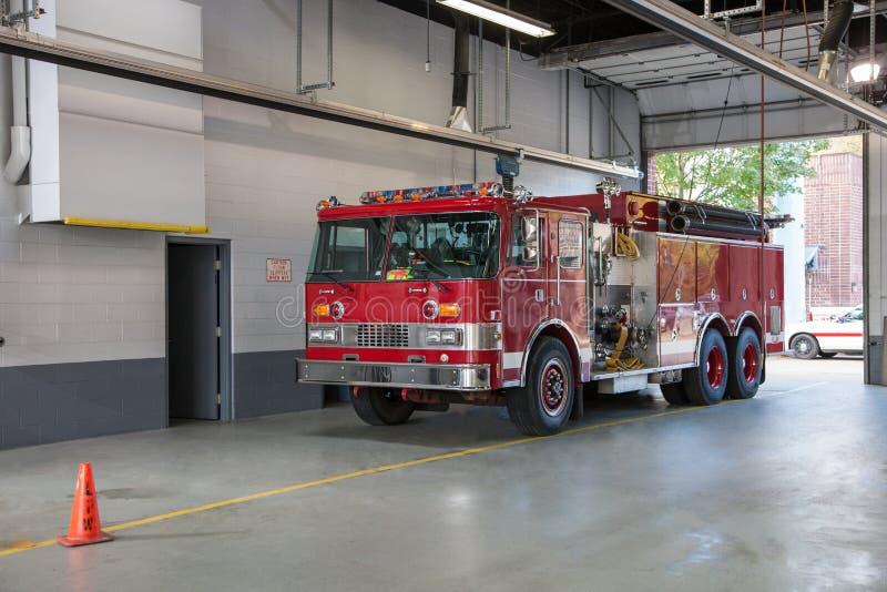 Pompiere interno parcheggiato camion dei vigili del fuoco Station fotografia stock
