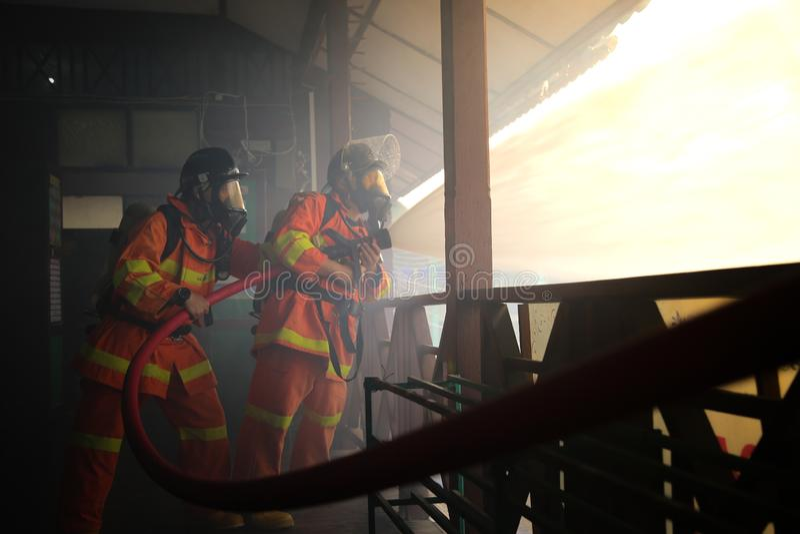 Pompiere nell'azione immagini stock