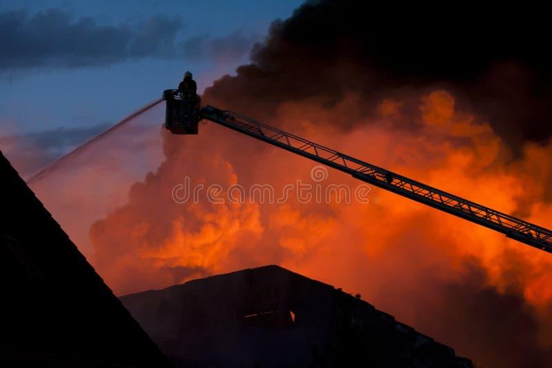 Pompiere nell'azione fotografia stock
