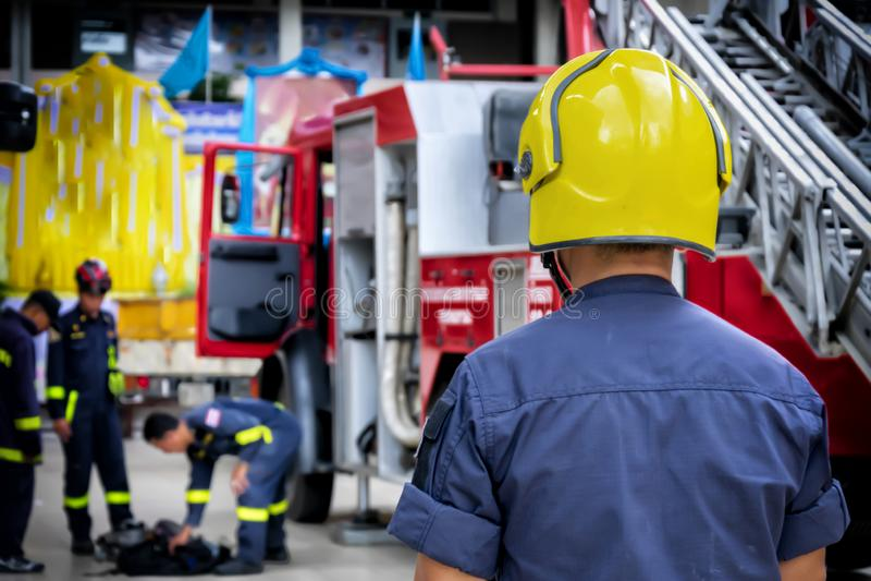 Pompiere, vigile del fuoco Sicurezza di emergenza Protezione, salvataggio dal pericolo Combattente di fuoco in casco protettivo U immagini stock