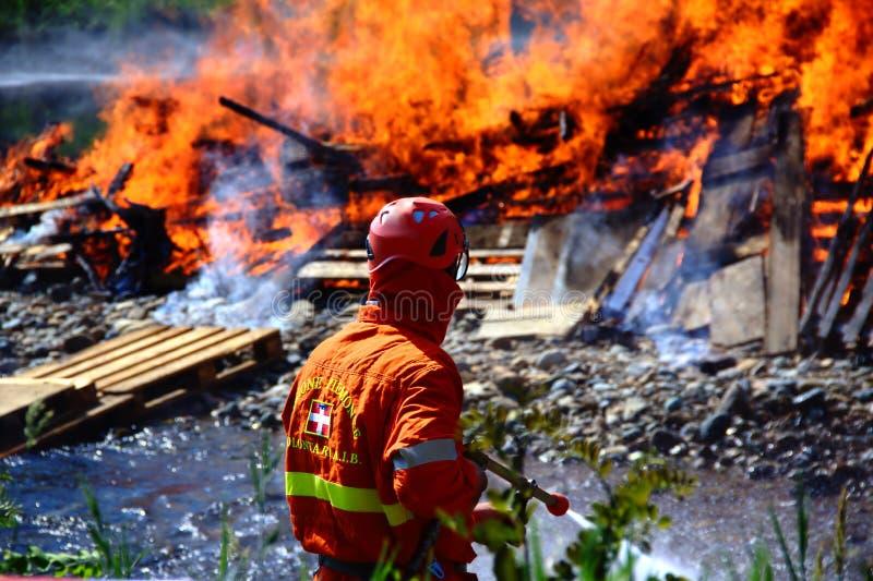 Pompieri (AIB) che estinguono fuoco fotografia stock