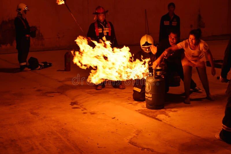 Pompieri che preparano ripetizione per sicurezza e conoscenza immagine stock