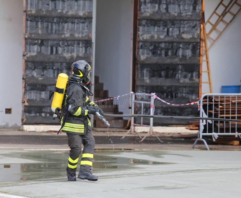pompieri con i funzionamenti del cilindro di ossigeno e del respiratore fotografia stock libera da diritti