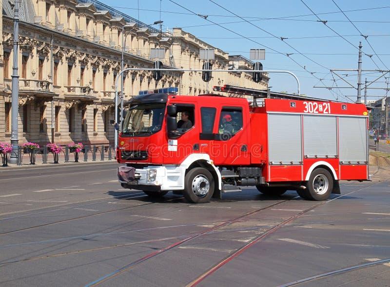 Download Pompieri nell'azione fotografia stock editoriale. Immagine di cityscape - 56885543