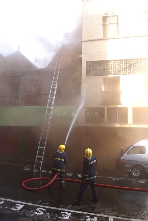 Pompiers combattant l'incendie à Port Louis photos libres de droits