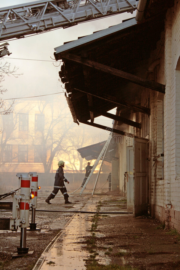 Pompiers de travail d'équipe image libre de droits
