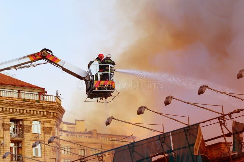 Pompiers extinguising le feu photographie stock libre de droits
