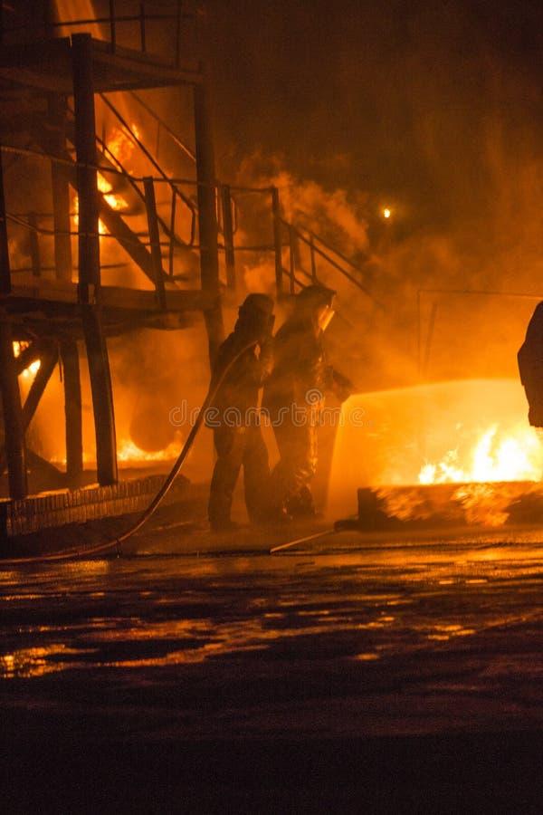 Pompiers travaillant au feu photographie stock