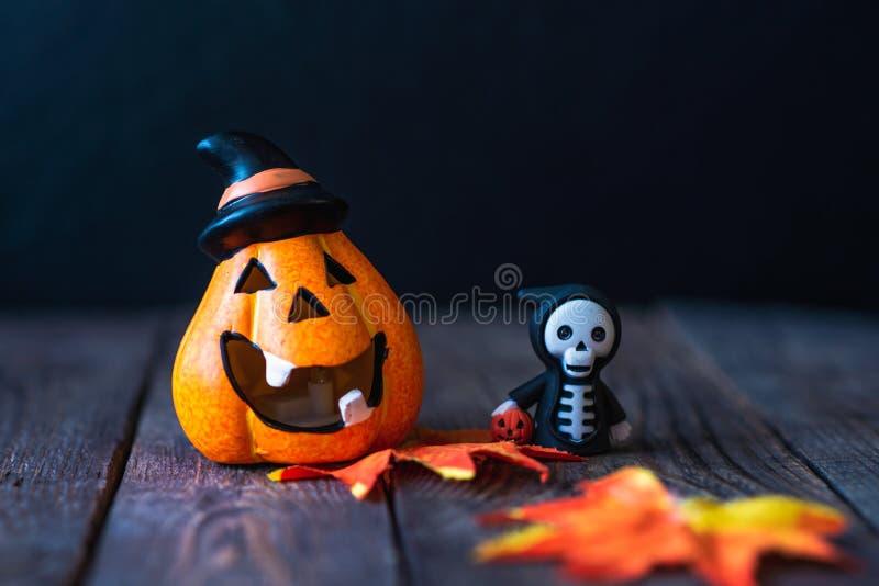 Pompoen met een gezicht en een skelet in een hoodie stock foto