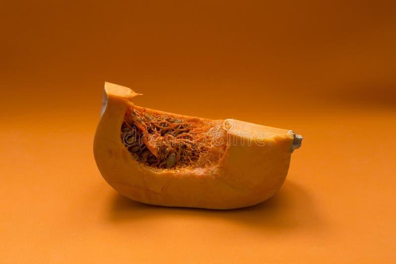 Pompoen op een sinaasappel wordt gesneden die stock afbeelding