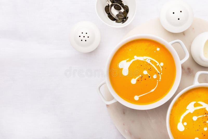 Pompoen romige die soep met verse room wordt verfraaid royalty-vrije stock afbeeldingen