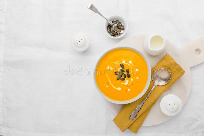 Pompoen romige die soep met verse room wordt verfraaid stock foto
