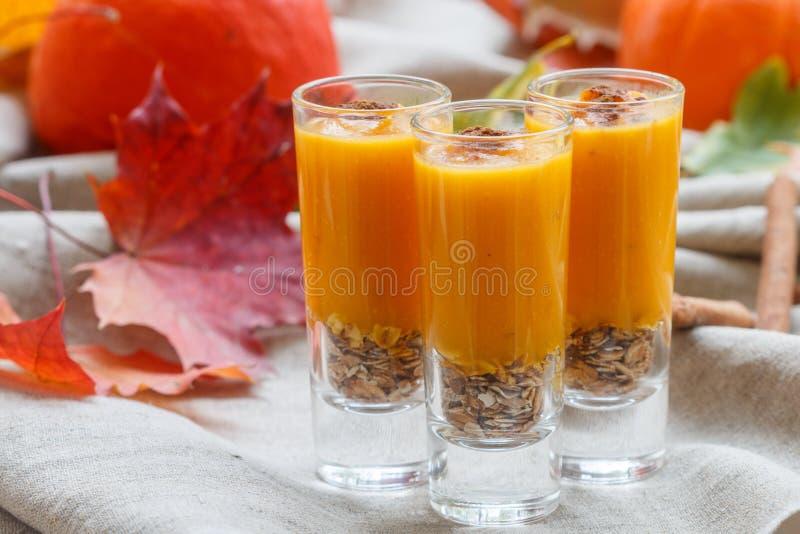 Pompoen smoothies met kaneel, gember en granola Nuttige voeding De herfstdesserts stock foto's