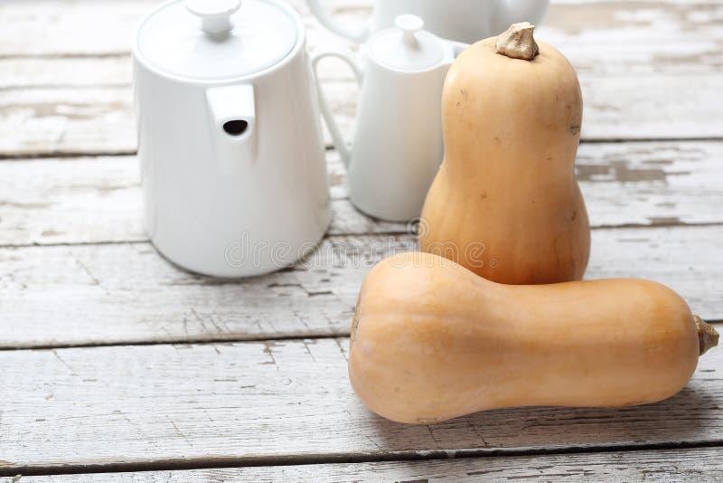 Pompoen, verse groenten op houten countertop royalty-vrije stock foto's
