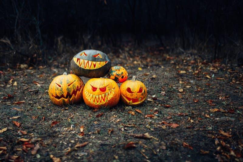 Pompoen voor Halloween, lamppompoen, antiek hout, het vieren Halloween, smiley op een pompoen stock afbeeldingen