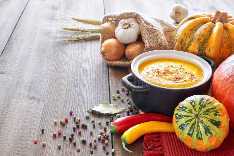 Pompoen, wortel en gemberroomsoep in ceramische pan royalty-vrije stock foto's