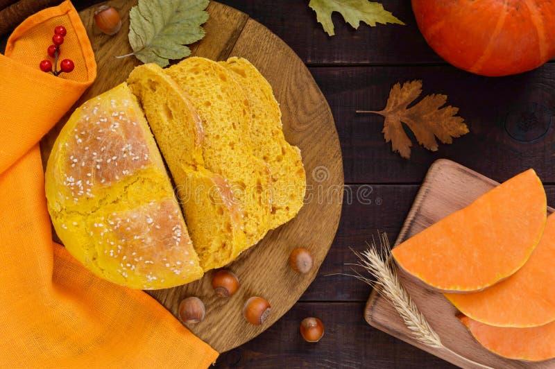 Pompoenbrood in stukken op een donkere houten lijst wordt gesneden die royalty-vrije stock fotografie