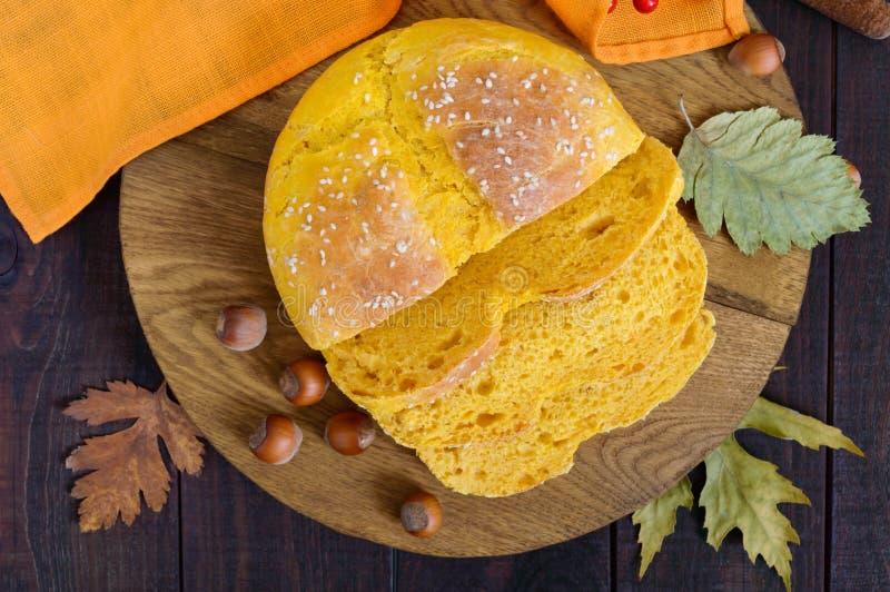 Pompoenbrood in stukken op een donkere houten lijst wordt gesneden die royalty-vrije stock afbeeldingen