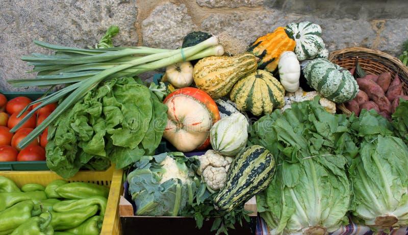 Pompoenen en andere groenten voor verkoop bij een straatmarkt stock afbeeldingen