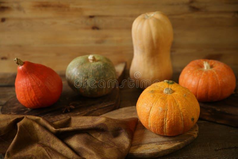 Pompoenen en pompoenen van oranje op de houten bijttafel Thanksgiving Day Halloween Harvest Autumn nog life stock fotografie